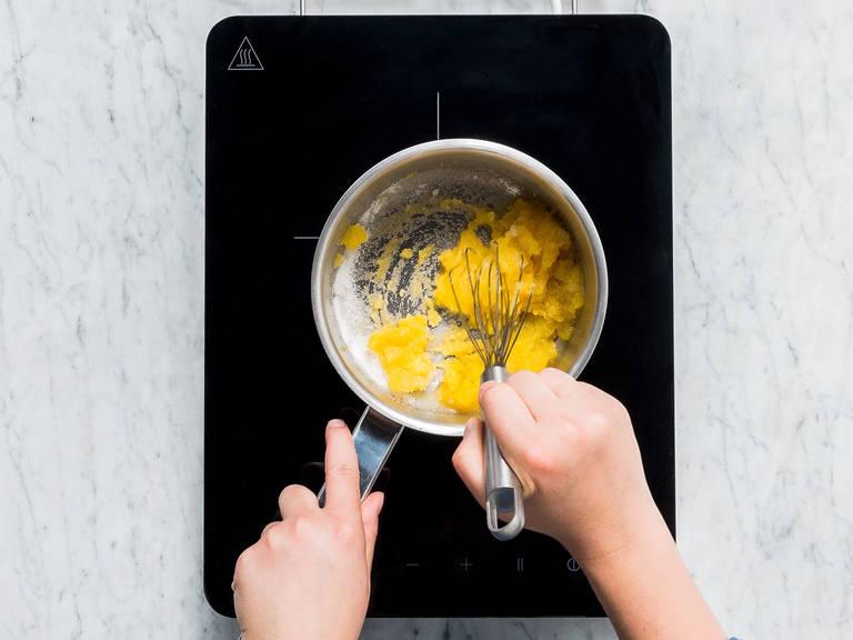 将果汁分别倒入三个小锅中。往每个锅里分别放入三分之一的糖的柠檬汁,小火加热至明胶和糖完全融化。如果要用绿色食物色素的话,则将它放进苹果汁混合物里。