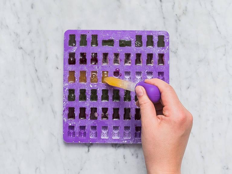 润滑硅胶模具,稍微撒上些淀粉,往里小心倒入锅中混合物,放凉至少1.5小时,或直至混合物完全凝固。将糖果取出,存放在一个可密封的玻璃罐中。尽情享用吧!