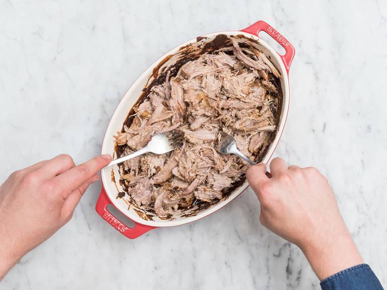 Backofen auf 140°C vorheizen. Schweinenacken in eine Auflaufform geben. Im Backofen für ca. 5 – 6 Std. garen. Stündlich wenden und erneut mit der Sauce bestreichen. Aus dem Backofen nehmen, sobald das Fleisch zart ist und mit zwei Gabeln zerteilen.