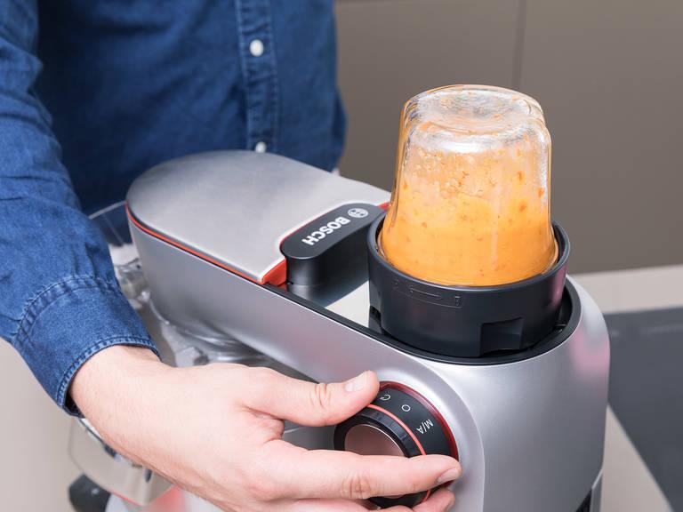 同时,将番茄切碎,红葱和黄瓜切成片,放入碗里。制作酸豆油醋汁,将一半酸豆、红酒醋、龙蒿叶、一半橄榄油与盐和胡椒一起放入搅拌机中。混合直至乳化。制作罗勒青酱,将擦碎的帕玛森奶酪、罗勒、一半蒜、烤过的松仁、柠檬汁、盐和胡椒,放入搅拌机。搅拌成膏状,再加入剩下的橄榄油。制作辣味姜香沙拉酱,将剩下的蒜,姜,葡萄籽油,还有参巴辣椒酱,加入搅拌机里,搅拌均匀。