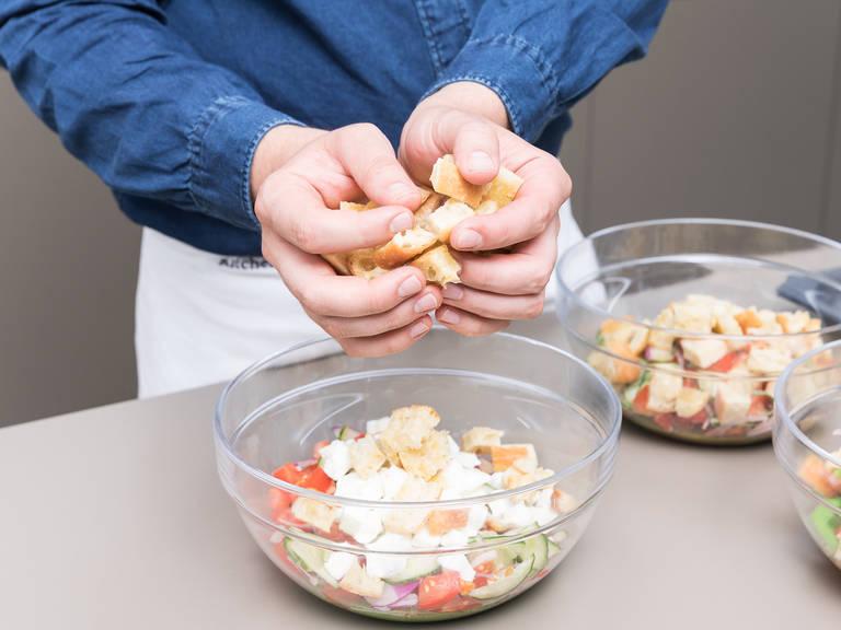 将沙拉组合起来。把每种酱汁分开放入不同的碗内。将西红柿-洋葱-黄瓜混合物和拖鞋面包均匀地分到每个碗里。将剩下的龙蒿和酸豆放入拌有酸豆油醋汁的沙拉里,花生碎和煮过的菜豆放入辣味姜香沙拉酱的碗中,马苏里拉奶酪加入罗勒青酱的碗中。尽情享用吧!