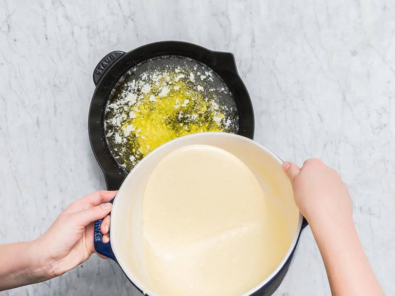 Die gusseiserne Pfanne aus dem Backofen nehmen und den Teig vorsichtig in die Pfanne gießen. Zurück in den Backofen stellen und bei 220°C ca. 20 Min. backen, oder bis der Pfannkuchen goldbraun und fluffig ist und die Ränder deutlich aufgegangen sind.