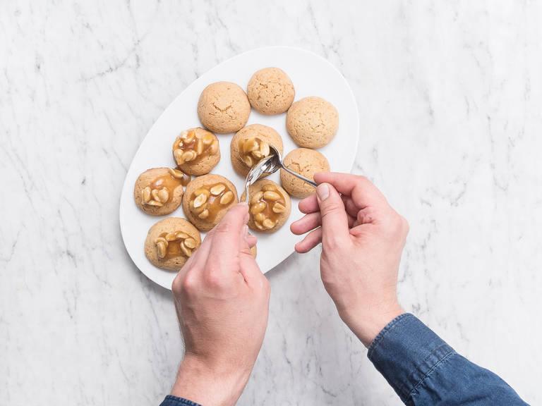 honig karamell kekse mit gesalzenen erdn ssen rezept mit video kitchen stories. Black Bedroom Furniture Sets. Home Design Ideas