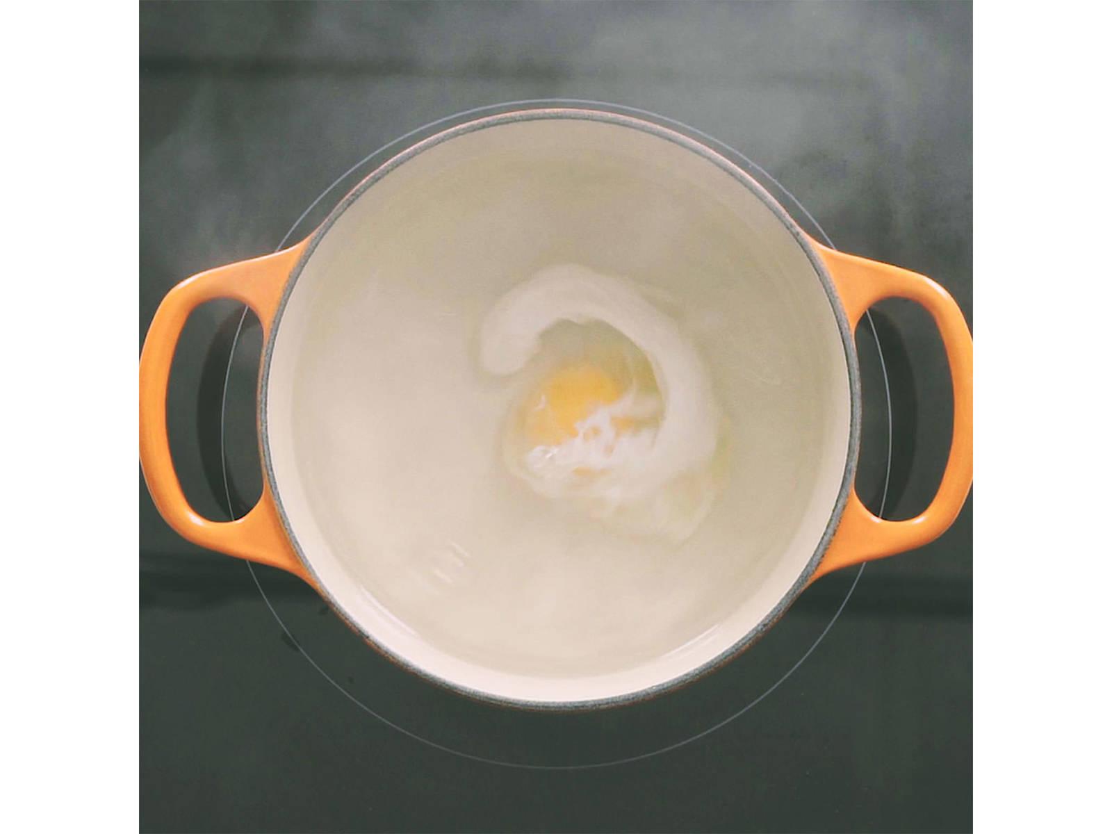往中号汤锅中加少许水,煮至微沸。加盐与白醋。用木勺搅出旋涡,然后慢慢打下鸡蛋,煮至蛋白凝固,约3分钟。