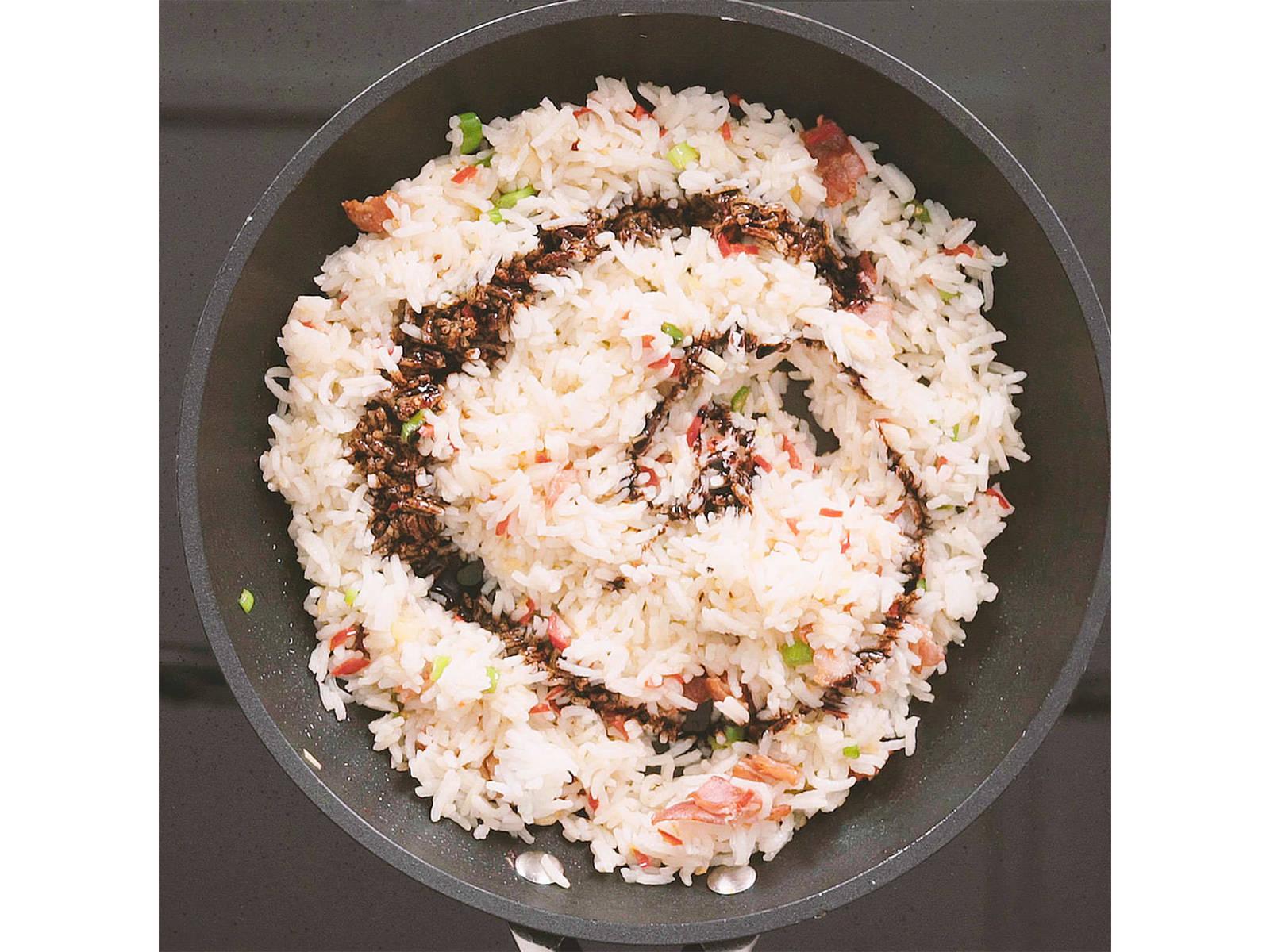Reis hinzufügen und für ca. 2 Min. anbraten. Danach die Sojasoße hinzugeben und gut vermengen. Sobald der Reis anfängt braun und knusprig zu werden, Eier in die Pfanne geben und gut mit den anderen Zutaten vermengen. Mit Salz abschmecken.