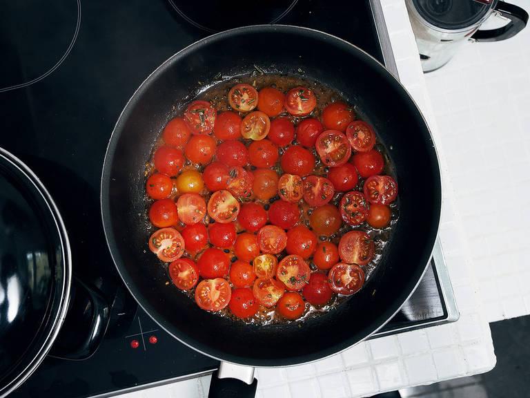 将番茄都切半。摘除迷迭香茎,大略剁碎。牛油果去核去皮,切成易入口的小块,置于一旁。往锅中倒入橄榄油,中高火加热。放入番茄、迷迭香和龙舌兰糖浆,翻炒15分钟,或直至番茄变厚。不时搅拌,然后置于一旁。
