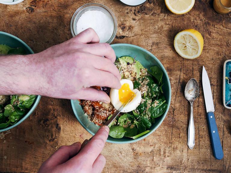往小锅中倒水,煮沸。煮鸡蛋6分钟,然后剥皮,置于一旁。往上菜碗中放入藜麦,放上牛油果块、做好的番茄和新鲜嫩菠菜。将鸡蛋放在中间,淋上一些味噌酱,撒上杜卡香料和甜菜根芽。视喜好撒入盐、胡椒和柠檬汁,尽情享用吧!