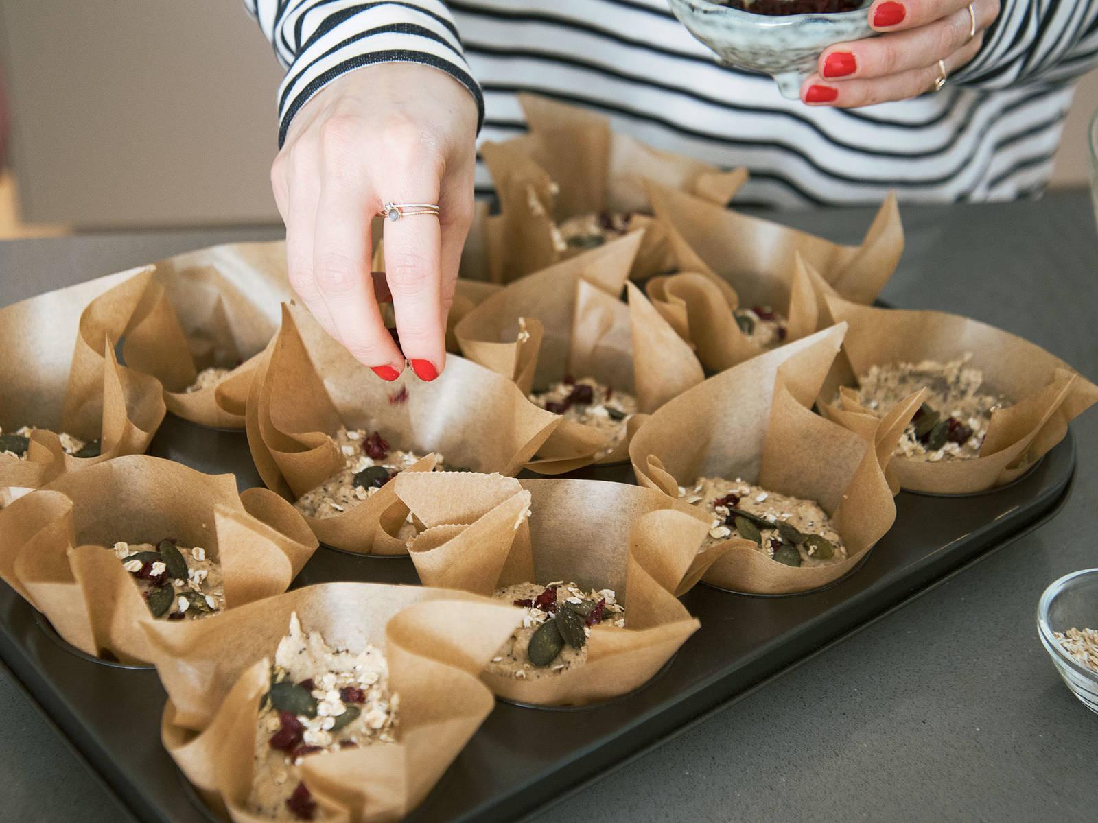 Muffins ca. 30 Min. bei 200°C backen. Aus dem Backofen nehmen und ca. 15 Min. auf einem Kuchengitter abkühlen lassen. Guten Appetit!