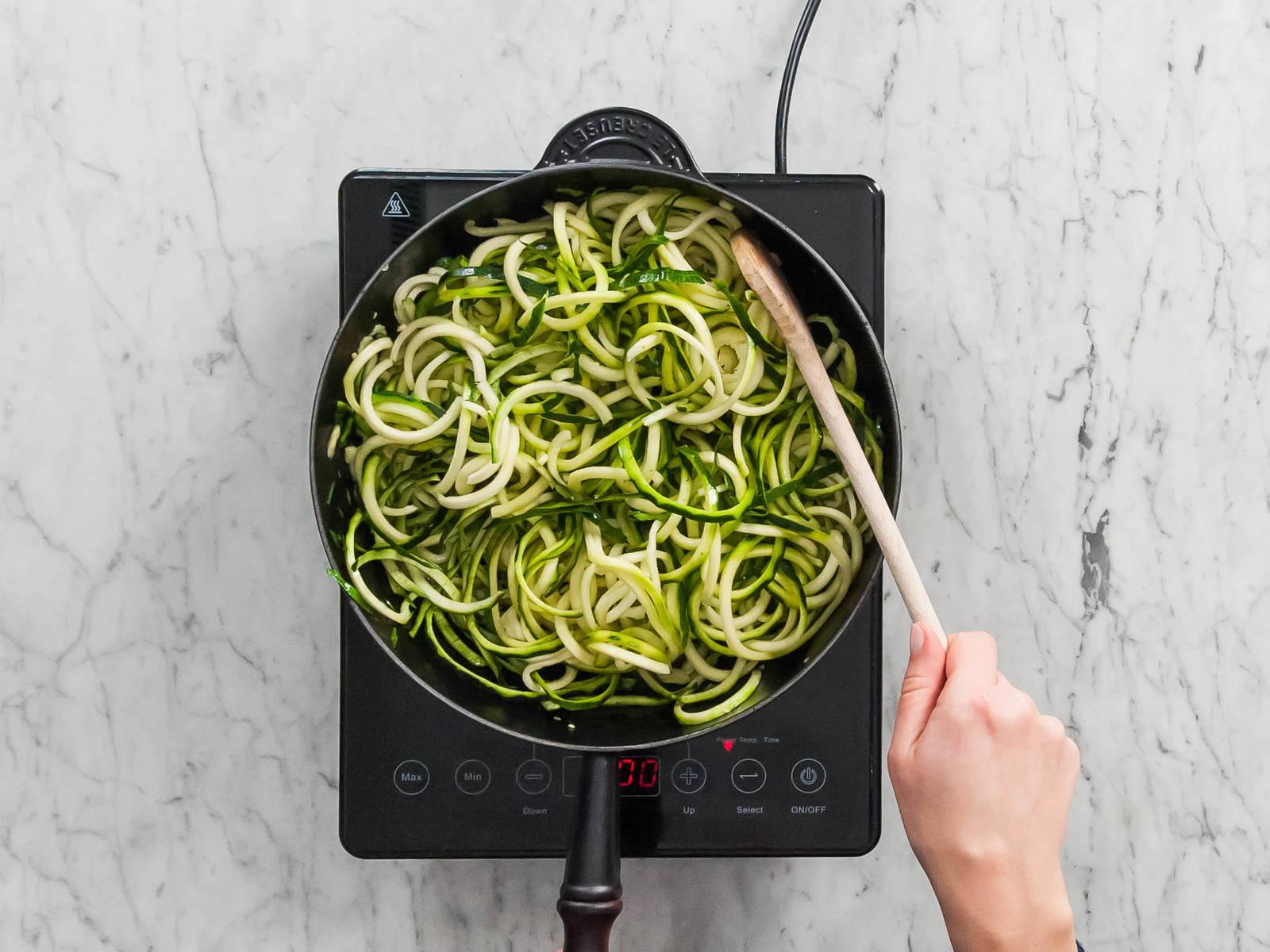 Öl in derselben Pfanne bei mittlerer Hitze erhitzen. Zucchini hineingeben und ca. 2 - 3 Min. unter regelmäßigem Umrühren erhitzen, oder bis sie weich sind. Die Blumenkohl-Alfredo-Sauce hinzugeben und die Zoodles darin schwenken. Mit Salz und Pfeffer abschmecken und mit Parmesan und Petersilie servieren.