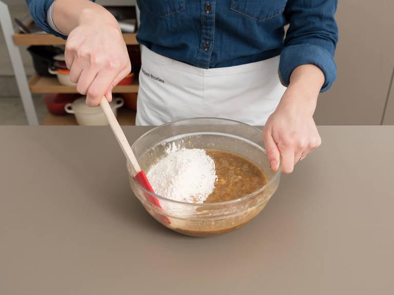 Mehlmischung zur Bananenmischung hinzugeben und gut verrühren. Löffelweise in die gefettete Kastenbackform geben.
