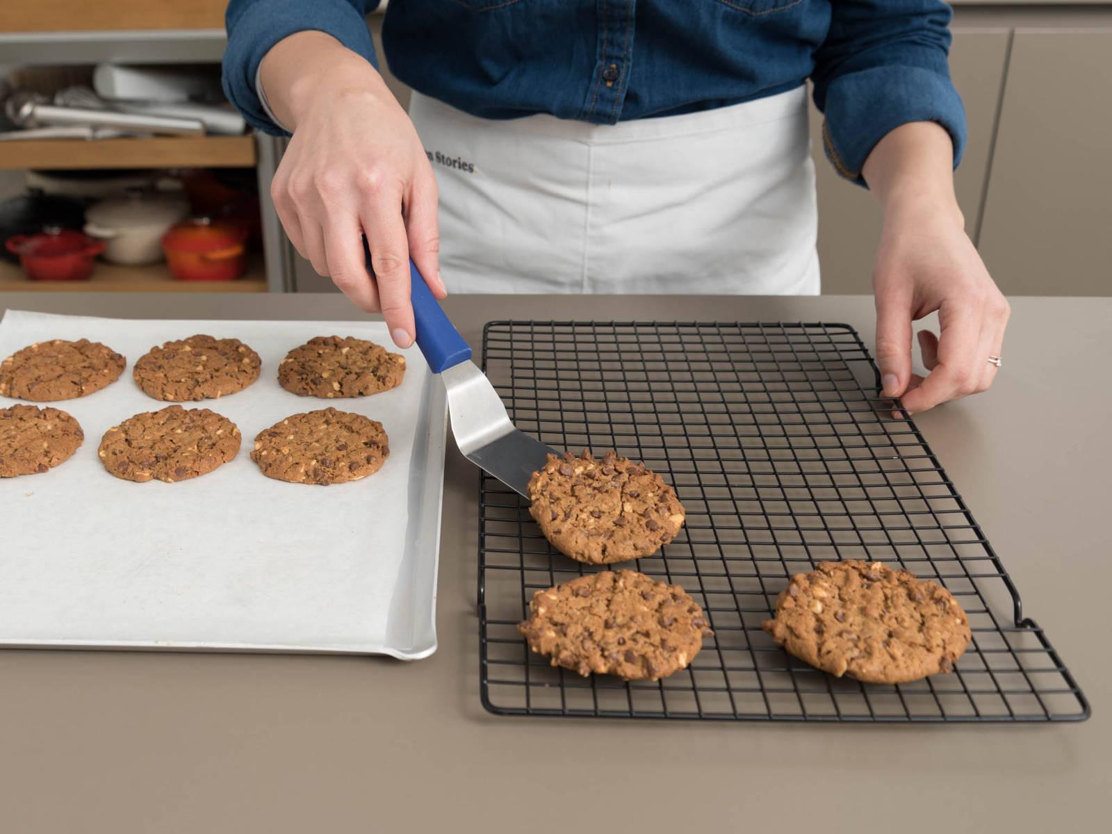 Kekse bei 160°C ca. 15 Min. backen, oder bis die Rändern knusprig werden. Ca. 2 Min. auf dem Backblech leicht abkühlen lassen. Anschließend vollständig auf einem Kuchengitter auskühlen lassen. Guten Appetit!
