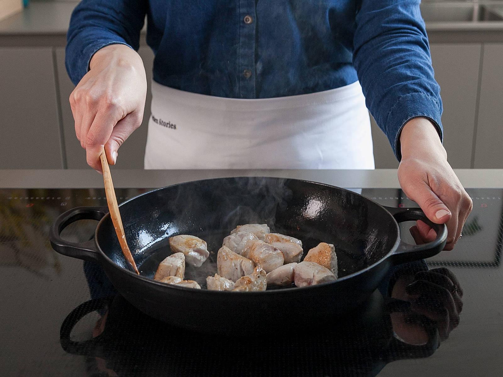 Zwiebel in Scheiben schneiden. Hähnchenbrust in Würfel schneiden und mit Salz und Pfeffer würzen. Kokosöl in einer großen Pfanne bei mittlerer bis hoher Hitze erwärmen. Hähnchenbrust dazugeben und ca. 5 - 7 Min. von allen Seiten anbraten, oder bis das Fleisch durchgegart und gebräunt ist. In eine große Rührschüssel geben.