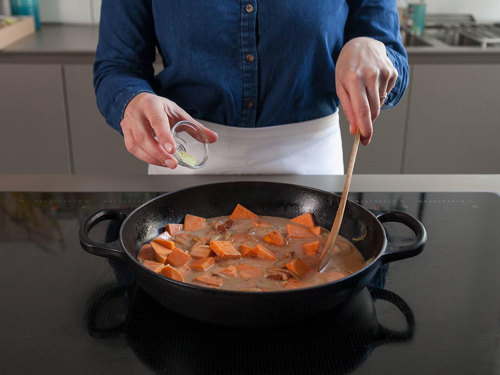 Süßkartoffeln, Kokosmilch, Wasser, Currypaste, braunen Zucker und Hühner-Bouillon hinzugeben und miteinander vermengen. Mit einem Kochlöffel aus Holz den am Topfboden klebenden Bratensatz lösen. Aufkochen lassen und anschließend Hitze reduzieren. Abgedeckt ca. 10 Min. köcheln lassen, oder bis die Kartoffeln gar sind.