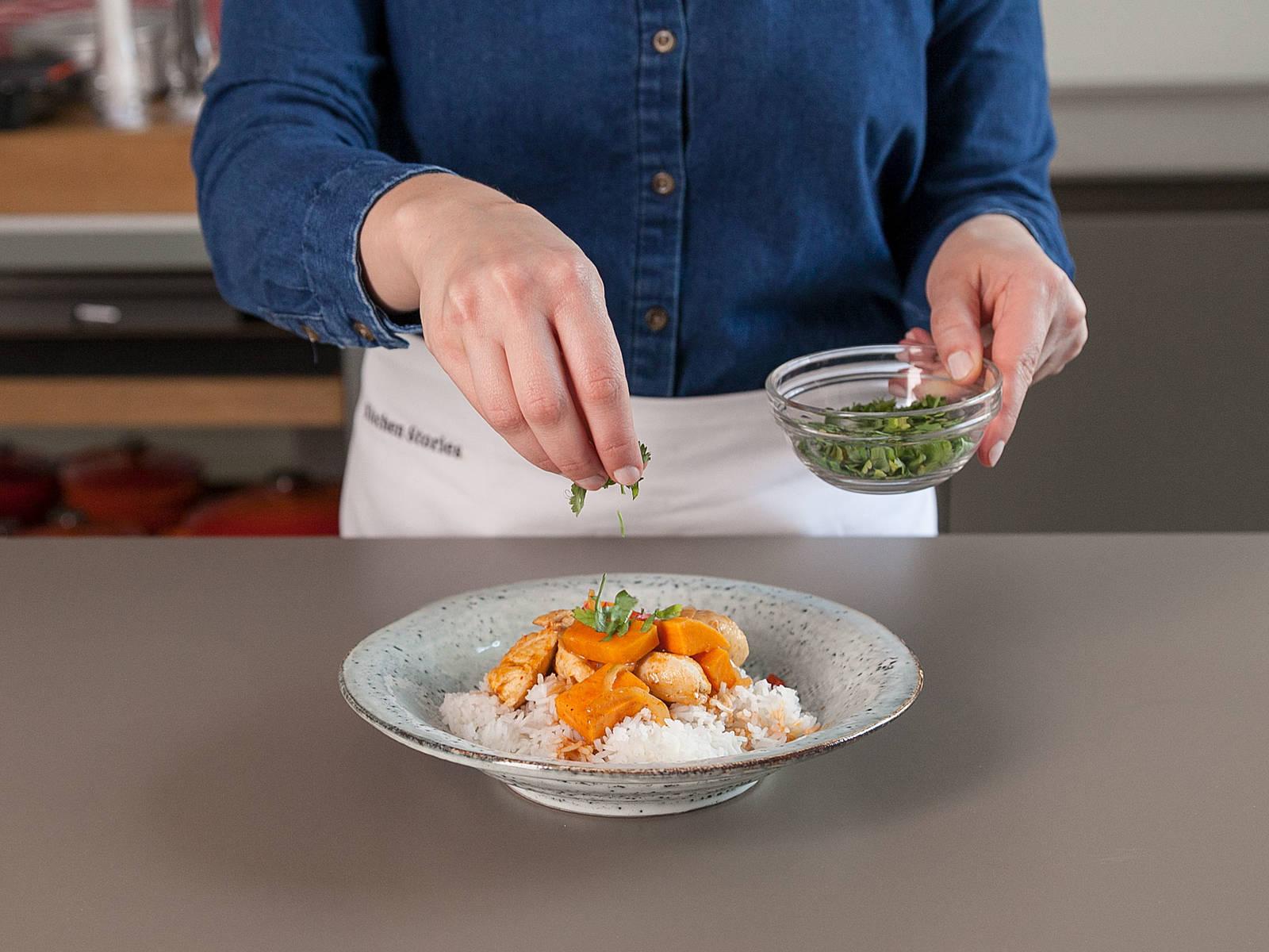 In der Zwischenzeit Koriander hacken und Rotkraut in Streifen schneiden. Limette in Spalten schneiden. Gebratenes Hähnchen und angesammelte Flüssigkeit, sowie Fischsauce nach Geschmack in die Pfanne geben. Curry erwärmen. Reis auf Servierschüsseln verteilen. Curry dazugeben und mit Koriander, Chilischote, Rotkohl und Limettenspalten servieren. Guten Appetit!