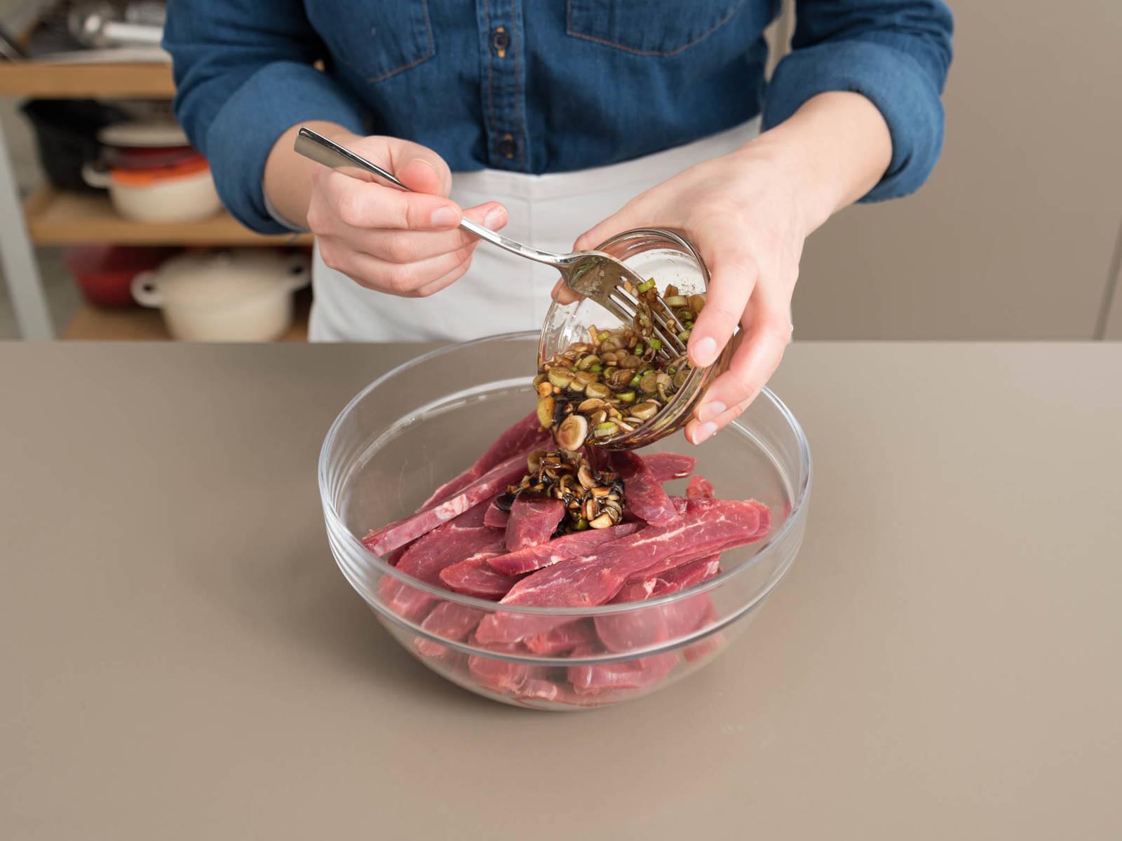 Marinade zum Fleisch geben und gut vermengen. Gefrierbeutel verschließen oder Schüssel abdecken. Für mind. 30 Min. und bis zu 8 Stunden im Kühlschrank marinieren. In der Zwischenzeit Sesam in einer kleiner Pfanne bei mittlerer Hitze rösten.