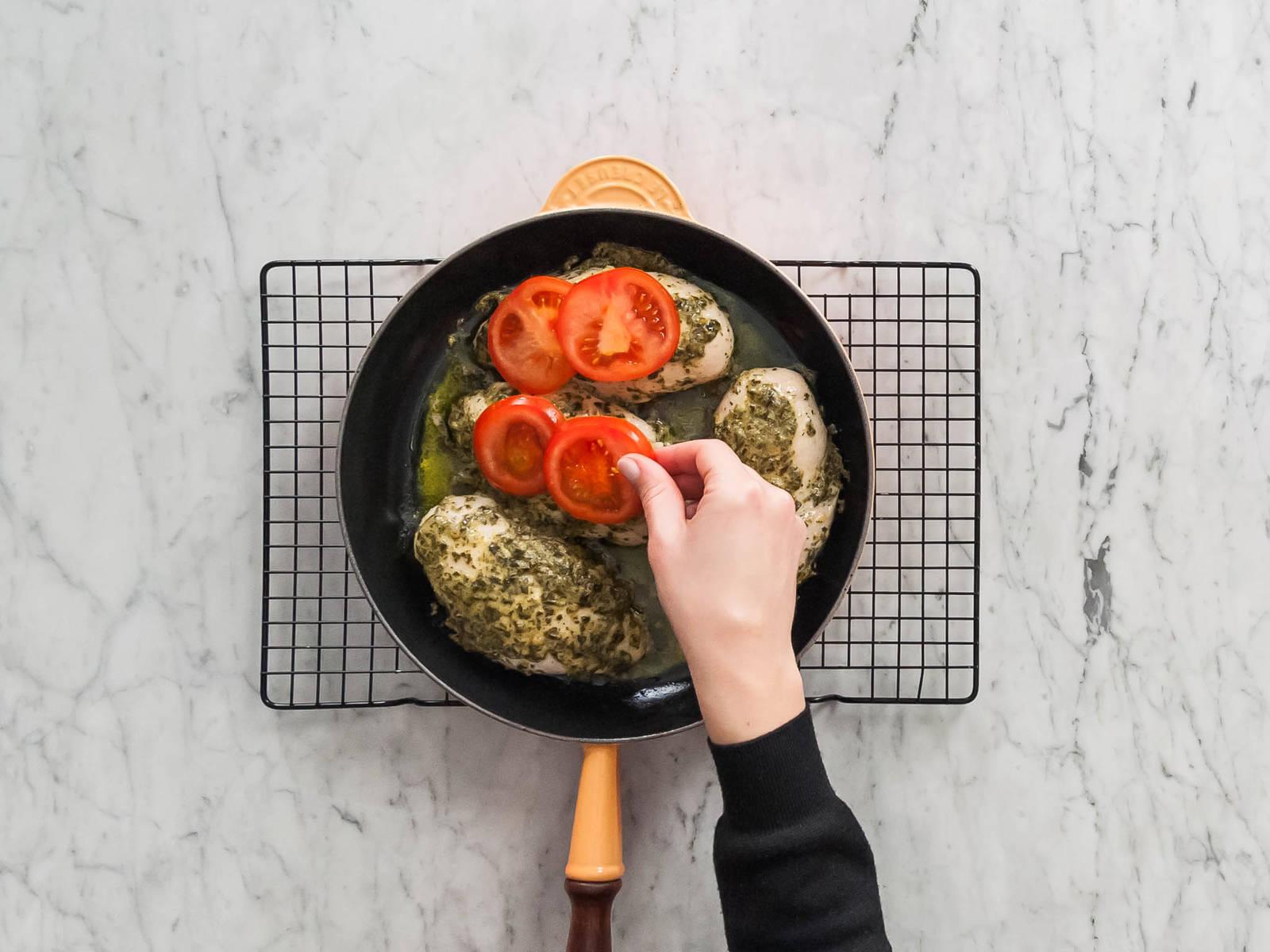 Hähnchenbrüste mit Tomatenscheiben und Käse belegen. Für weitere ca. 3 - 5 Min. backen, oder bis der Käse geschmolzen ist. Wenn gewünscht, mit frischem Basilikum garniert servieren.