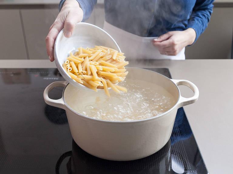 Backofen auf 200°C vorheizen. Penne nach Packungsanweisung kochen, danach abgießen und beiseitestellen. In der Zwischenzeit Champignons in Scheiben schneiden und die Salsiccia-Würstchen aus der Pelle drücken. Auflaufform mit Butter einfetten.