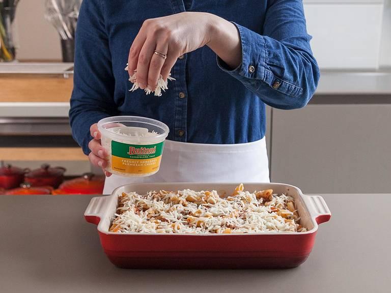 Gleichmäßig mit geriebenem Mozzarella und Parmesan bestreuen.