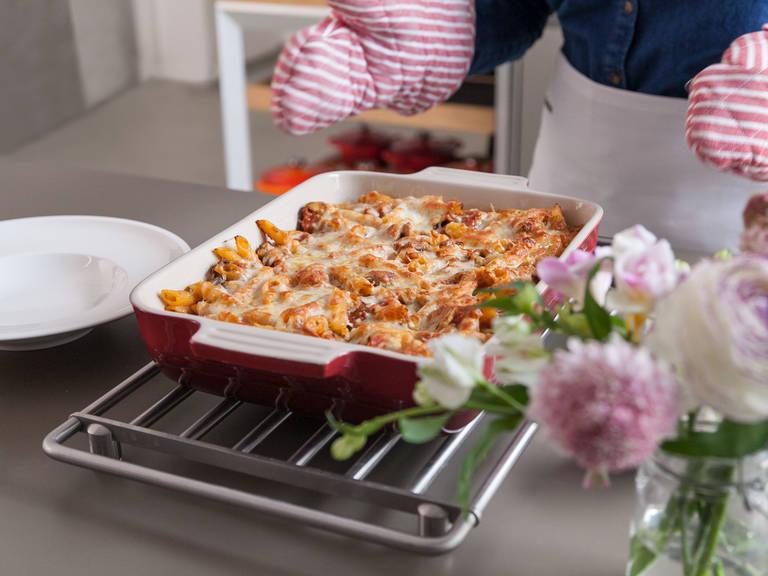Bei 200°C ca. 15-20 Min. backen, oder bis der Käse  goldbraun ist und Blasen bildet. Vor dem Servieren ca. 5 Min. abkühlen lassen. Guten Appetit!