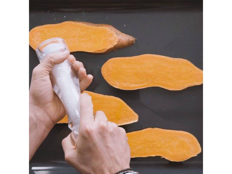 Backofen auf 180°C vorheizen. Süßkartoffel in circa 1 cm dicke Scheiben schneiden und auf einem Backblech verteilen. Von beiden Seiten mit Öl bestreichen und nach Geschmack salzen. Im Ofen bei 180°C ca. 15 Min. backen.