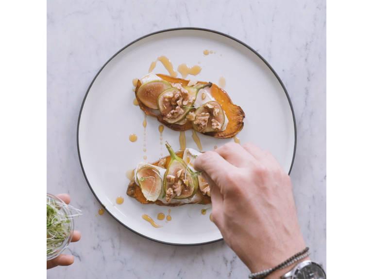 往红薯披萨上淋上枫糖浆,饰以新鲜独行菜享用。