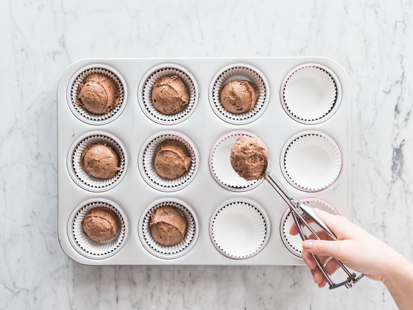 在每个蛋糕杯中倒满一半面糊,放入烤箱中,以200度烤16-18分钟。放到冷却架上冷却。