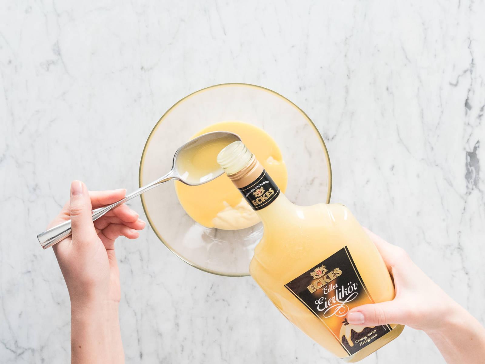 将蛋白、糖和柠檬汁放到耐热碗中,置于一锅微沸的热水上。注意不要让碗底接触热水。加热5-6分钟,频繁搅拌,直至混合物达到71度,或直至糖完全溶解。将碗拿开,继续搅拌5-6分钟,直至混合物浓稠、有光泽。倒入裱花袋中。 在一个小碗中,混合奶油布丁和蛋酒,搅拌至顺滑。置于一旁。