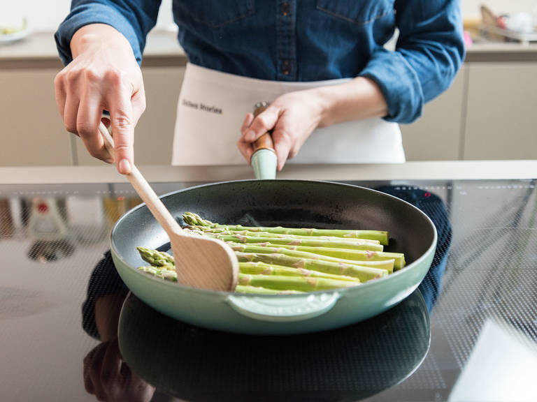 In another frying pan, heat up olive oil, add asparagus and sauté for approx. 5 – 7 min. until soft and starting to turn golden brown. Add lemon juice and season with salt and pepper. Then set aside.