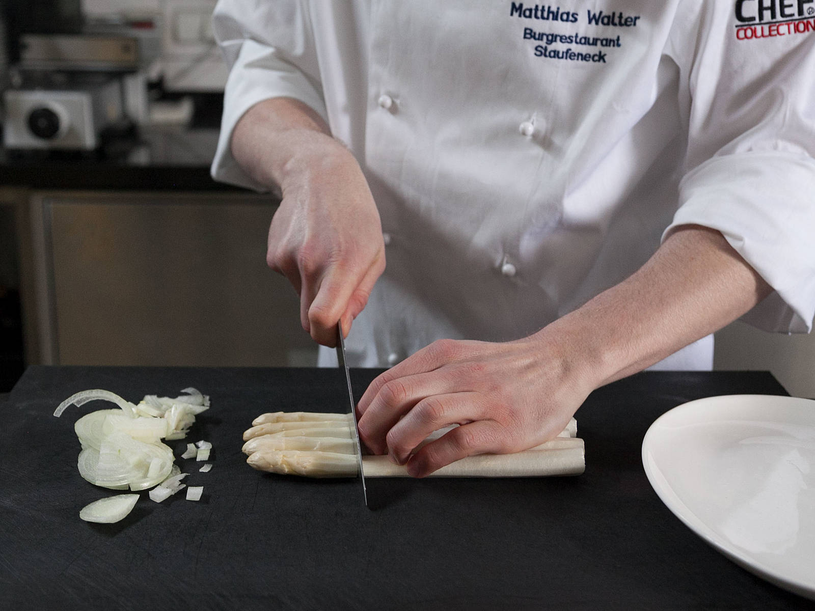 Peel and finely chop onion. Peel white asparagus from tip to stem. Trim ends. Cut asparagus tips and set aside. Finely slice stem. Only peel the bottom third of green asparagus. Trim ends and cut tips. Cut remaining asparagus into equal-sized pieces. Cover white and green asparagus tips, as well as green asparagus pieces, and set aside.