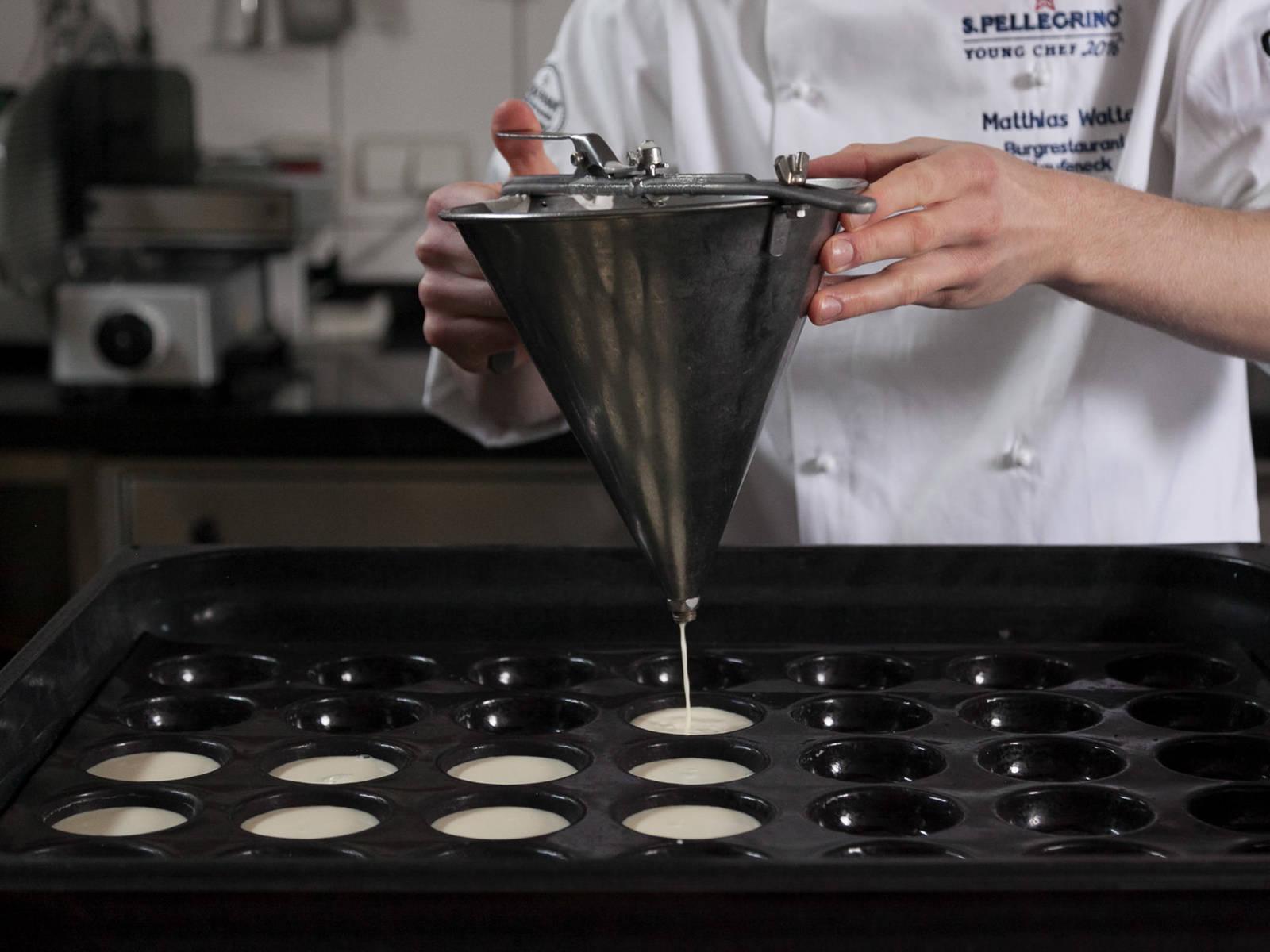 Gelatine in einer Schüssel mit kaltem Wasser einweichen. Spargel-Sud durch ein feines Sieb passieren. Die Gelatine-Blätter ausdrücken und in dem warmen Spargelfond auflösen. Mit Zucker, Salz und Pfeffer abschmecken. Die Flüssigkeit mit Hilfe eines Messbechers in kleine Förmchen füllen und über Nacht oder für ca. 6 - 8 Stunden kalt stellen, bis die Panna-Cotta-Masse angezogen ist.