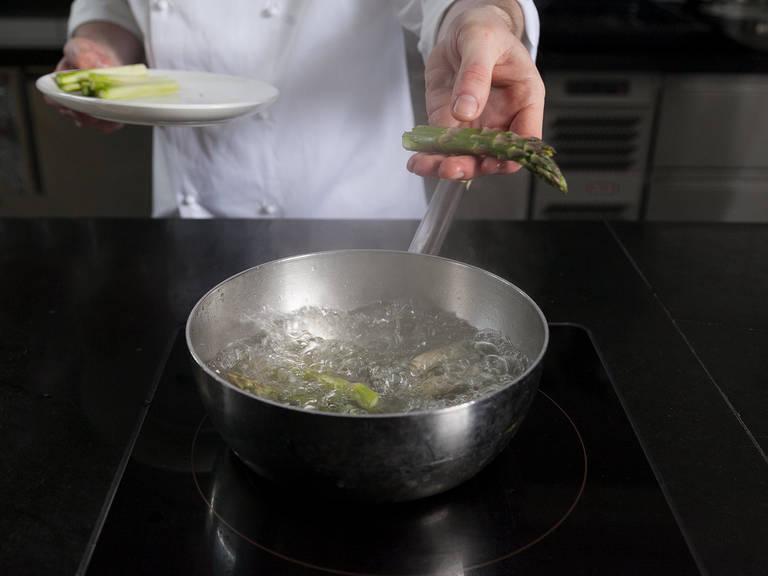 Just before serving, add white asparagus tips to a pot of simmering water, seasoned with salt and sugar. Add cut green asparagus after approx. 10 sec. and blanch for approx. 1 – 2 min., so that asparagus is softened but maintains a firm bite. Remove from water and drizzle some spoons of marinade on top.