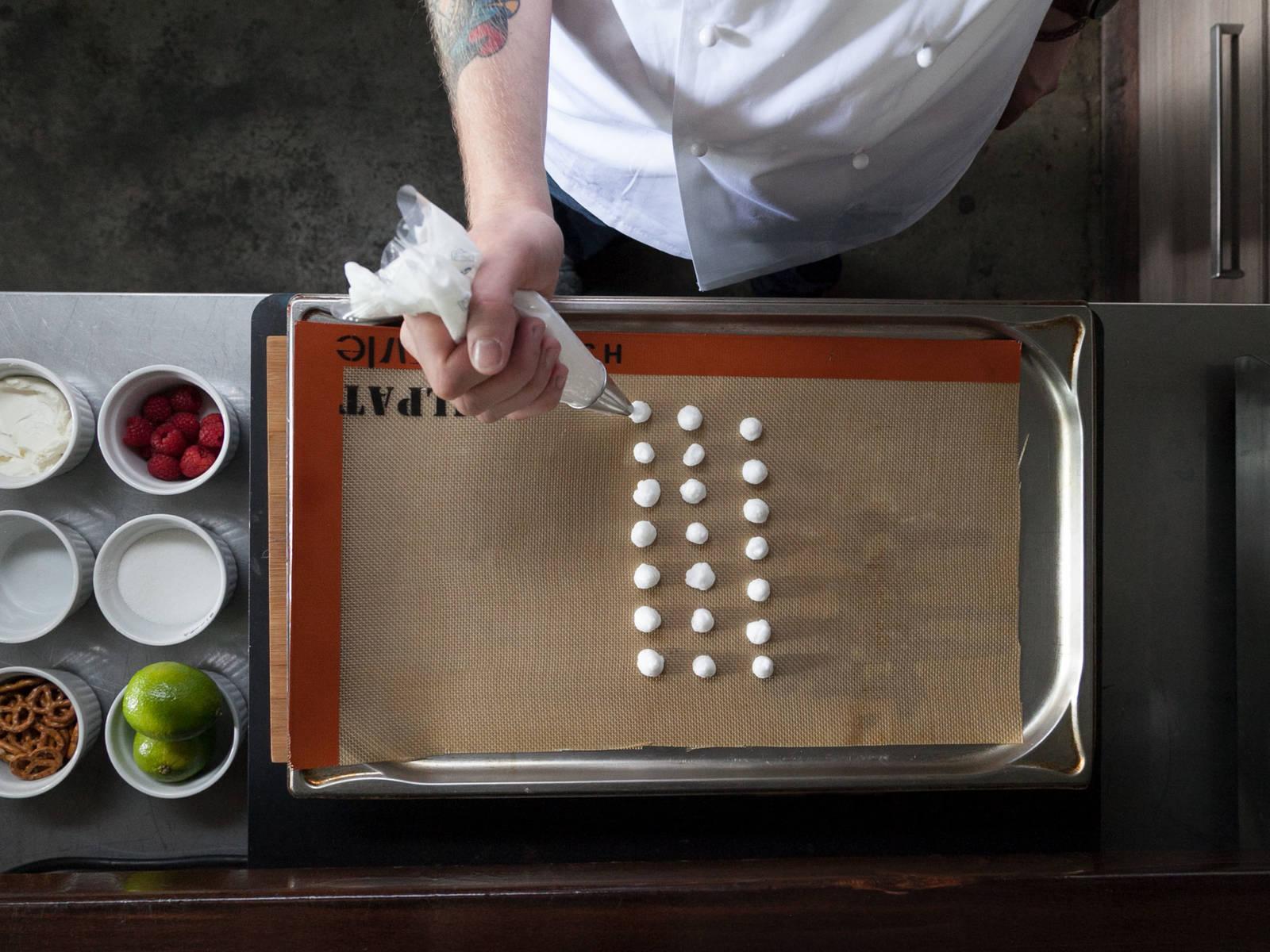 将烤箱预热至60度。将蛋白放到搅拌碗中,搅打至硬性发泡。然后倒入裱花袋中,在铺好烘焙纸的烤盘上挤出一个个小圆。烤15-20分钟。