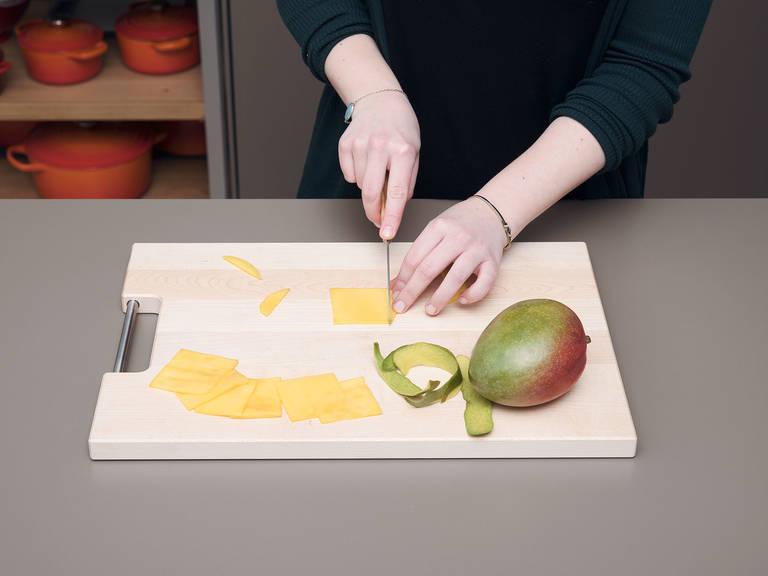 In der Zwischenzeit Mango schälen und in dünne, quadratische Scheiben schneiden.
