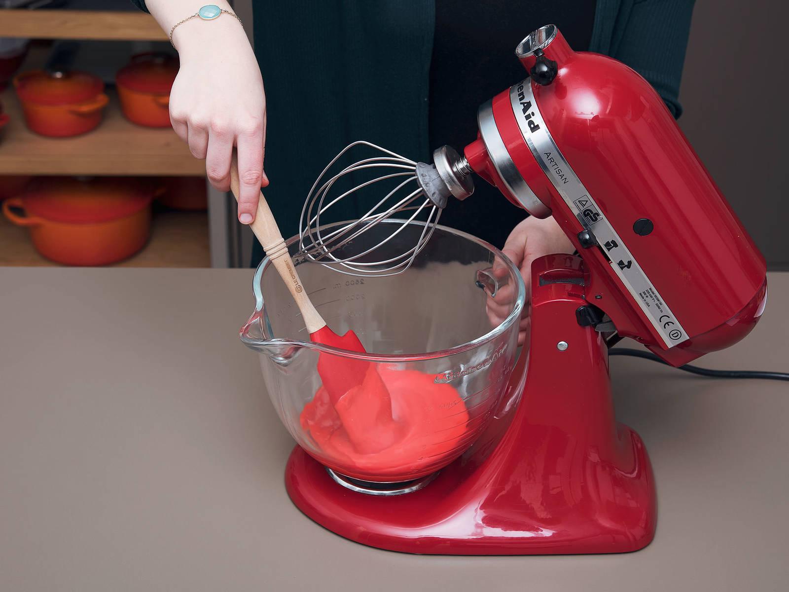 Für den Ketchup, Frischkäse und Butter in der Küchenmaschine für ca. 1 Min. bei mittlerer Geschwindigkeit aufschlagen, bis eine fluffige Masse entsteht. Vanilleextrakt hinzufügen und für eine weitere Minute aufschlagen. Nach und nach den Puderzucker und die rote Lebensmittelfarbe dazugeben und solange verrühren, bis das Frosting cremig und rot ist. Anschließend in einen vorbereiteten Spritzbeutel füllen und für ca. 10 Min. in den Kühlschrank legen.