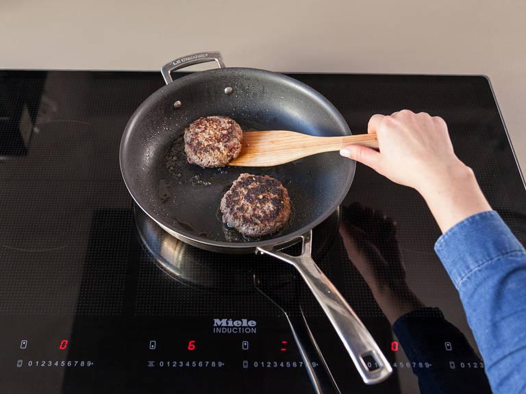 油锅中火热约两分钟后下肉饼,每面煎制约四分钟,也可依口味煎至自己喜欢的熟度。