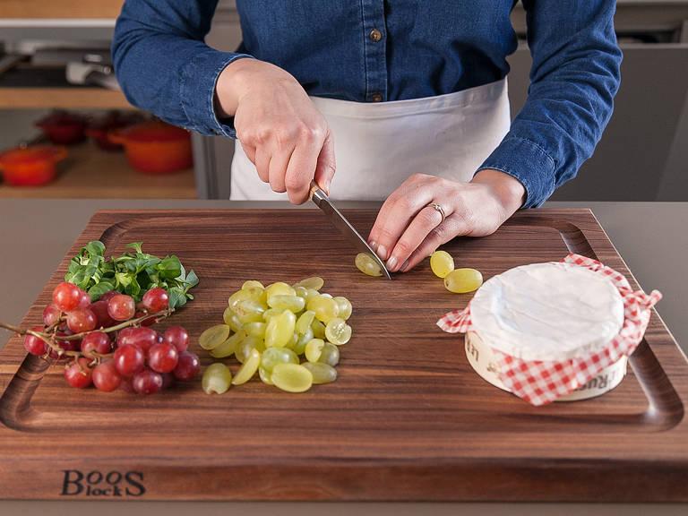 Weintrauben waschen und halbieren. Feldsalat waschen. Camembert in vier Scheiben schneiden.