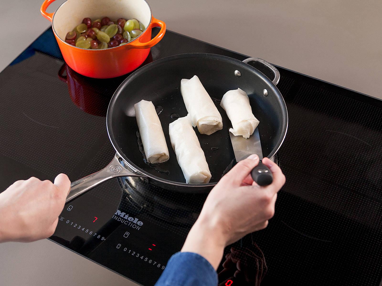 Pflanzenöl in einer Pfanne über mittlerer bis hoher Hitze ca. 2 Min. erwärmen. Den ummantelten Camembert von jeder Seite ca. 20 - 30 Sek. goldbraun anbraten. Camembert mit Feldsalat und Trauben-Chutney servieren. Guten Appetit!