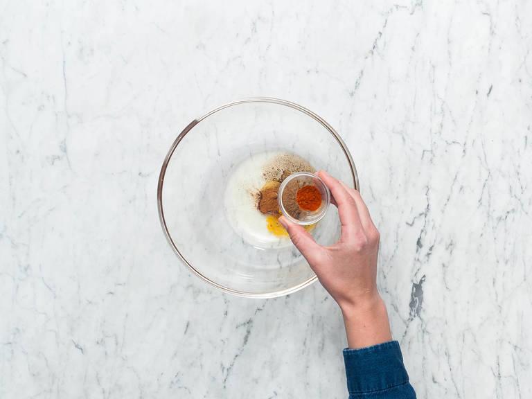 Hähnchenkeulen waschen und trocken tupfen. Einen Teil des Rapsöls mit Honig glattrühren. Kurkuma, Kreuzkümmel, Zimt und Paprikapulver hinzugeben und mit Salz und Pfeffer abschmecken. Die Hähnchenkeulen in einem Gefrierbeutel oder einer Rührschüssel marinieren. Mit Frischhaltefolie abdecken und über Nacht in den Kühlschrank stellen.