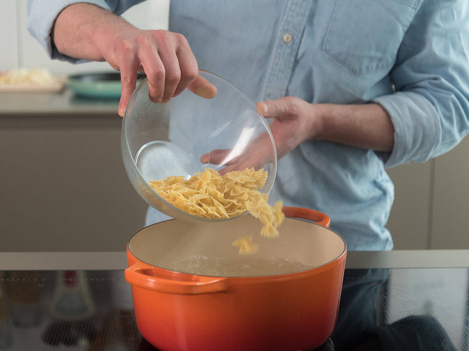 Cook pasta in a large pot with salted water for approx. 8 – 10 min., until al dente.