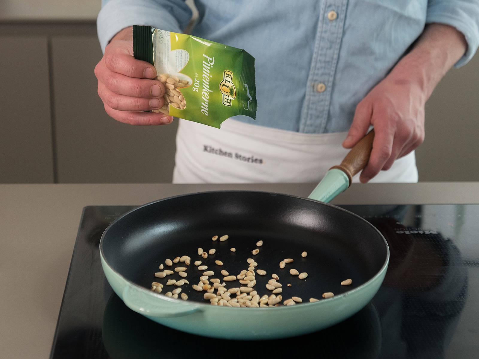 Pinienkerne in einer kleinen Pfanne ca. 3 - 4 Min. bei mittlerer Hitze rösten bis sie gebräunt sind.