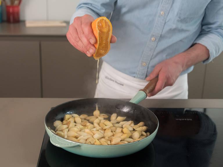 Öl in einer großen Pfanne erwärmen und Spargel ca. 4 - 5 Min. auf mittlerer Hitze anbraten. Zucker dazugeben und mit Salz und Pfeffer abschmecken. Mit einem Teil des Orangensafts ablöschen. Pfanne vom Herd nehmen und Radieschen hinzugeben.