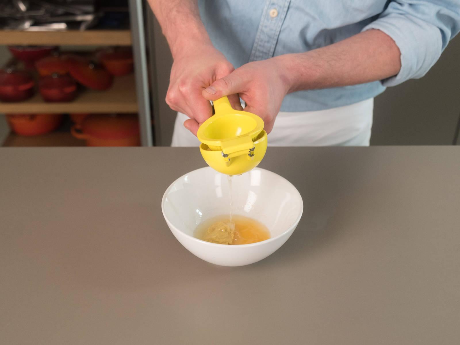 Für die Vinaigrette Olivenöl, Senf, Zitronensaft und den restlichen Orangensaft miteinander vermengen. Mit Salz und Pfeffer abschmecken.