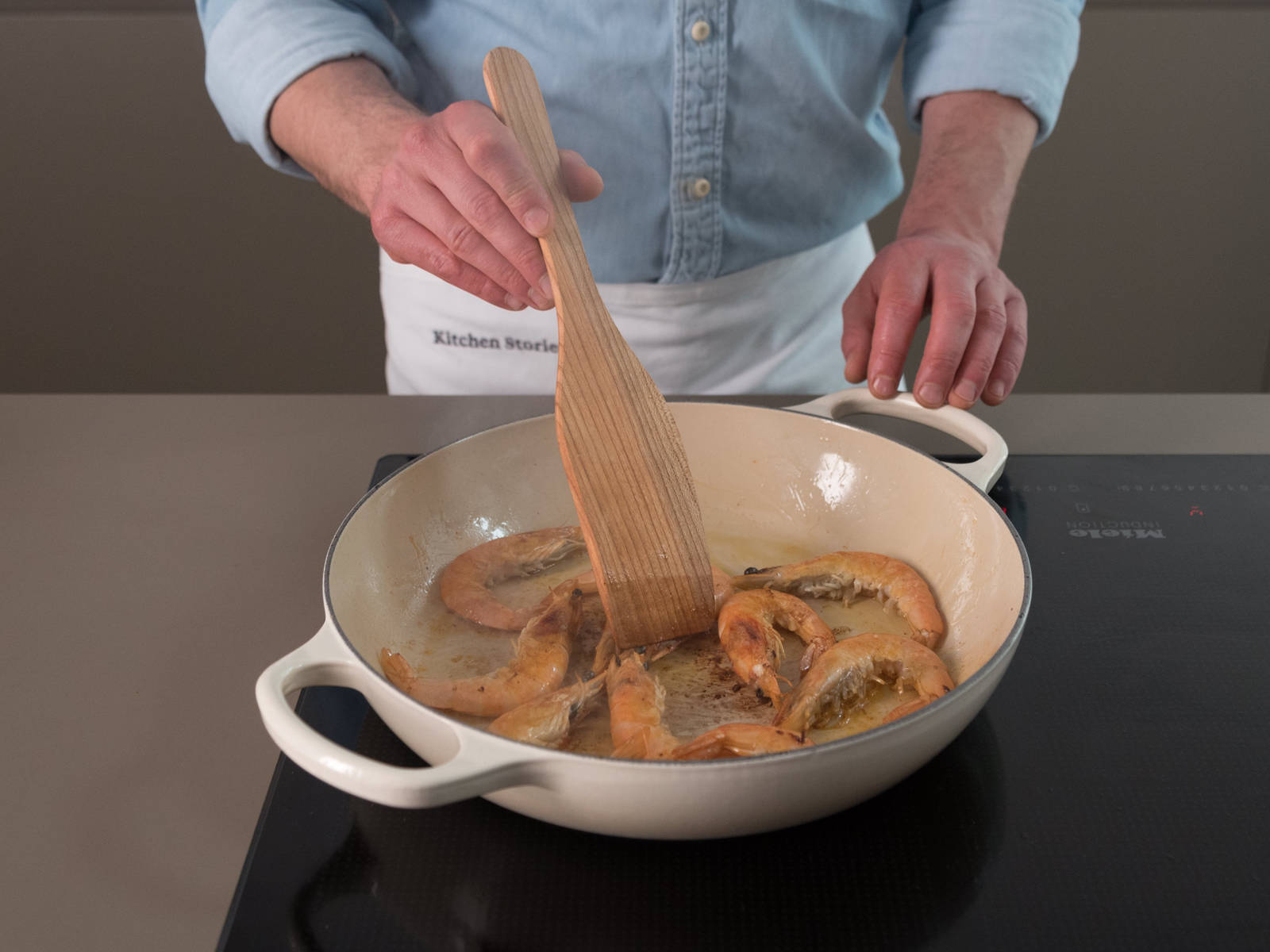 Heat some oil in a large heavy-bottomed pan. Add shrimp and squid and fry for approx. 5 min. Afterwards, take them out and set side.