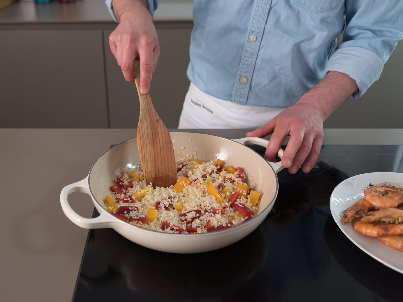 Erneut etwas Öl in Pfanne erhitzen. Zwiebel und Knoblauch ca. 2 Min. anschwitzen, danach Reis und Paprika dazugeben und ca. 2 Min. dünsten.