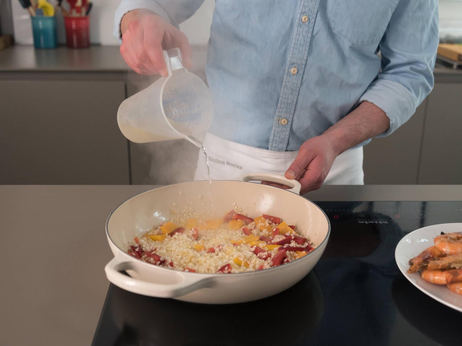 Mit Fischfond und Weißwein ablöschen. Safran dazugeben, verrühren und die Flüssigkeit aufkochen lassen.