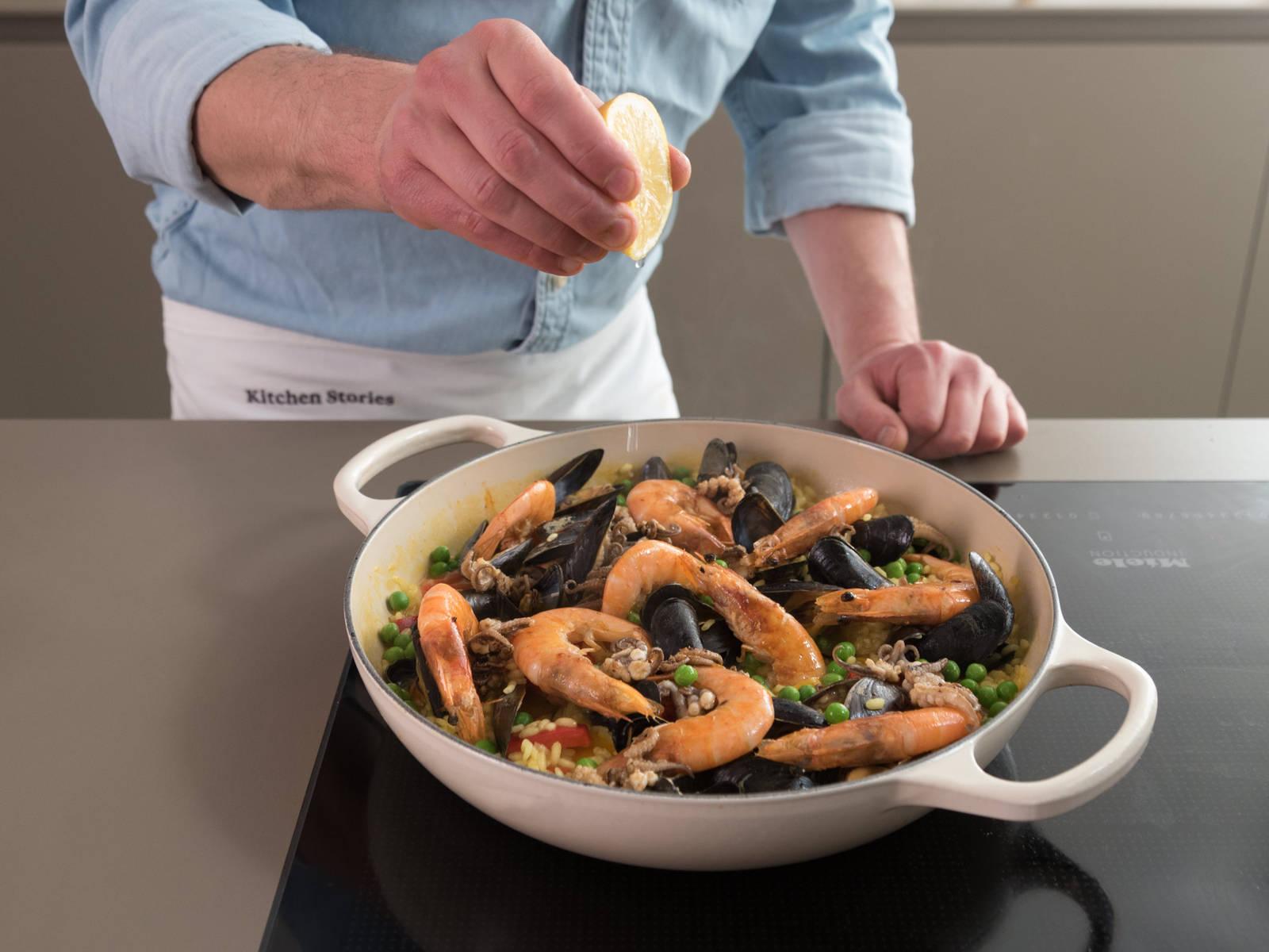 Mit Geschirrtuch bedecken und ca. 5 Min. ziehen lassen. Anschließend nicht-geöffnete Muscheln aussortieren. Mit Salz, Pfeffer und Zitronensaft abschmecken und mit Basilikum servieren. Guten Appetit!