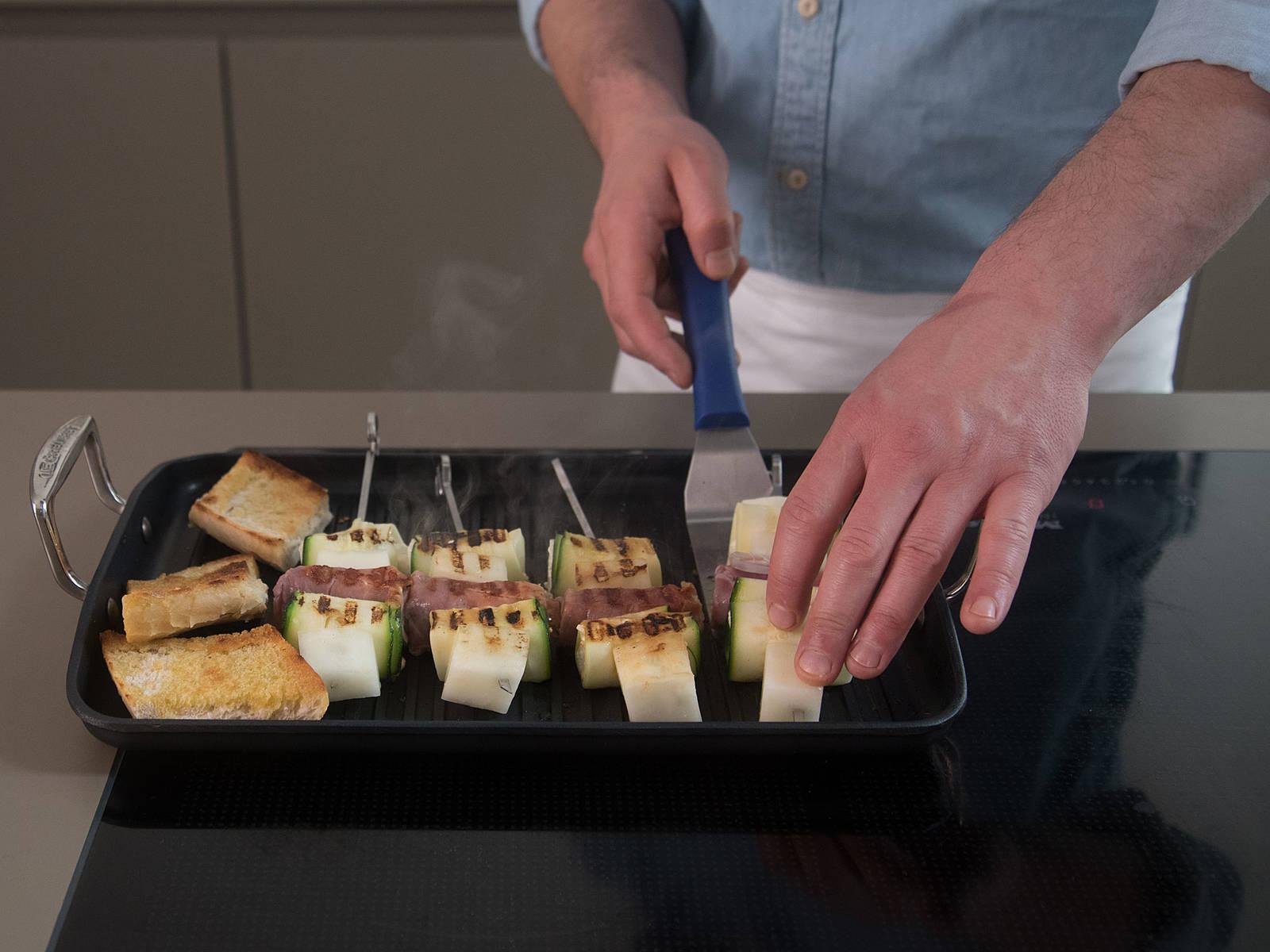 高火均匀地烤烤串各面,约需7-10分钟。若喜欢,可搭配法棍、番茄萨尔萨酱和芝麻菜享用。