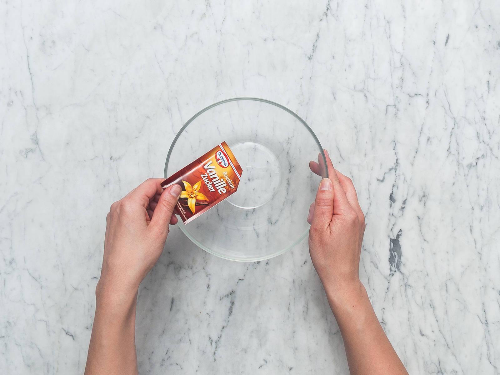 将烤箱预热至180℃。用油润滑长条烤盘。如有需要,可铺上烘焙纸。将罂粟籽粉、香草糖和些许植物油混合。将橘子擦出皮碎并榨汁待用。