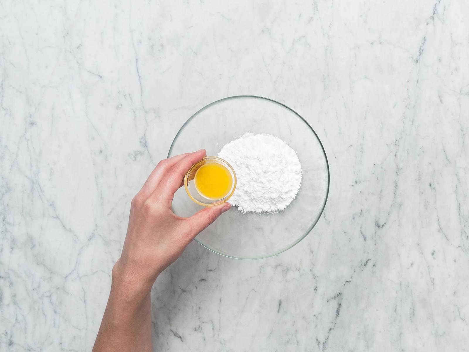 将橘子汁和糖粉混合制成糖釉。