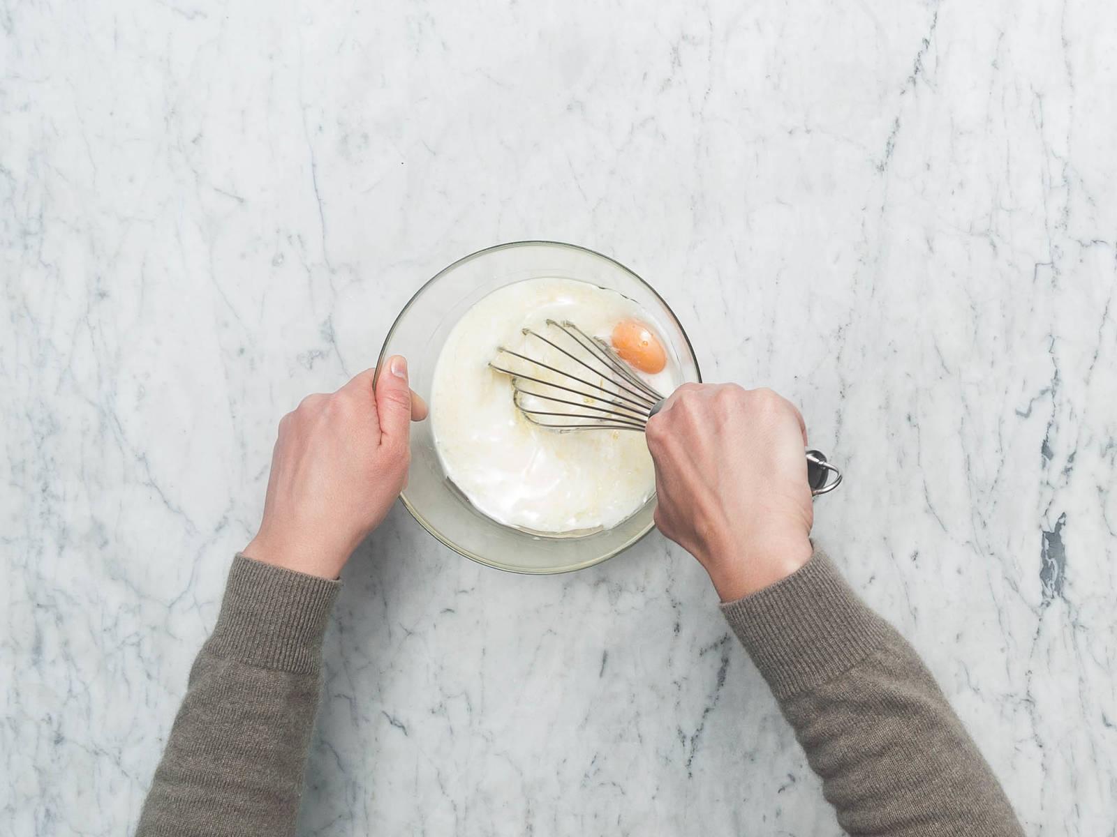 将烤箱预热至180℃。润滑蛋糕烤盘,在底上铺上烘焙纸,撒上可可粉,轻拍烤盘倒出多余的粉末。在一个中号搅拌碗中,搅打鸡蛋、植物油、牛奶和水。